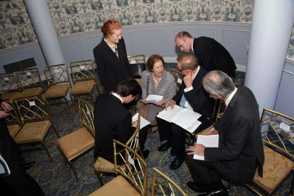 Last-minute questions and remarks re-write with the Foreign Minister Bob Carr. (Brian Stanton)