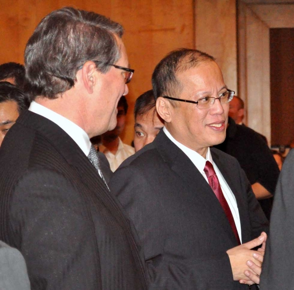 Asia Society Australia Chairman the Hon Warwick Smith AM (L) with President Aquino (R). (Ian Lever)