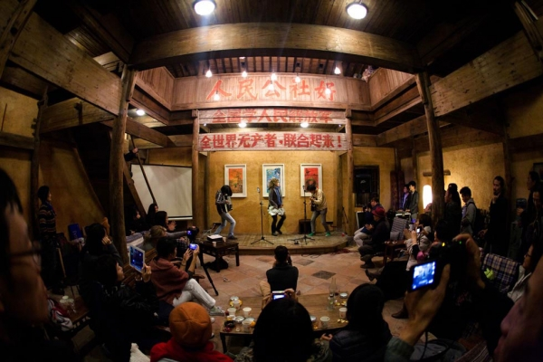 Abigail Washburn joins Guangzhou-based Wu Tiao Ren on stage for a performance at Pig's Inn #3. (Zhu Rui)