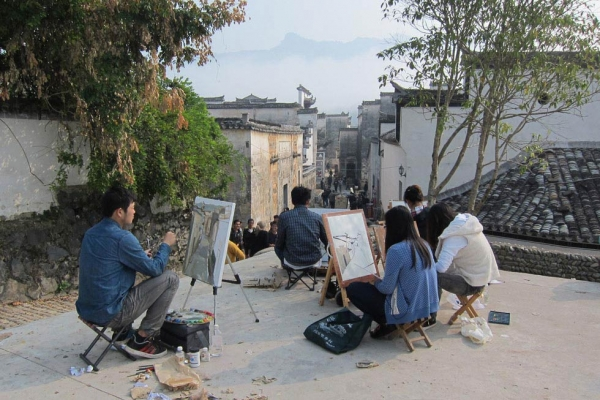To bring tourism revenue to the village, Pingshan Village hosts groups of university students who practice painting the historic Huizhou region's distinctive rooftops and mountainous skyline. (Sun Yunfan)