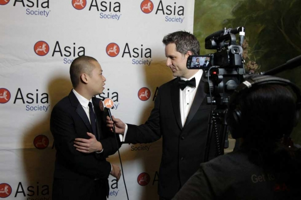 Jason Wu (L) interviewed by Asia Society Managing Editor Dan Washburn on the red carpet. (Bill Swersey/Asia Society)