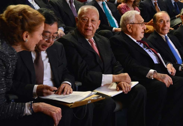 L to R: Henrietta H. Fore, Ronnie C. Chan, C.H. Tung, Henry Kissinger, and Asia Society Chairman Emeritus Maurice Greenberg in the front row at Asia Society New York on May 21, 2013. (Kenji Takigami)