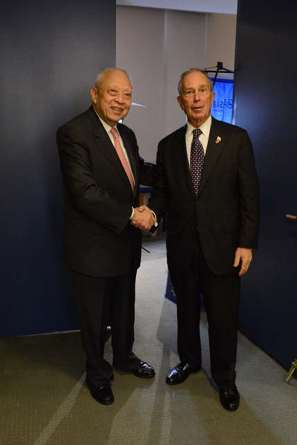 C.H. Tung and Mayor Michael Bloomberg at Asia Society New York on May 21, 2013. (Kenji Takigami)