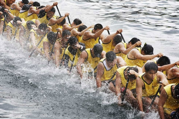 Competitors paddle vigorously at the Aberdeen Dragon Boat Races on June 12, 2013 in Hong Kong. (Jessica Hromas/Getty Images)