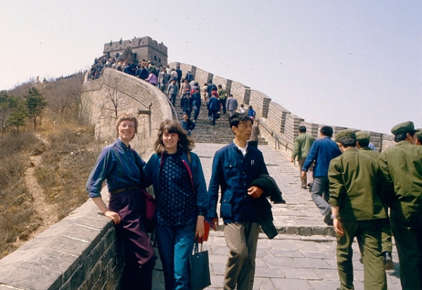 Two foreign tourists at the Great Wall of China circa 1984. (kattebelletje/Flickr)