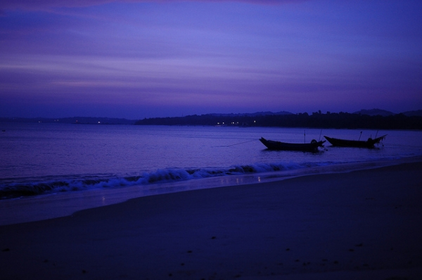Night falls over calm waters in Kinmen, Taiwan on November 9, 2013. (芒果的視界/Flickr)