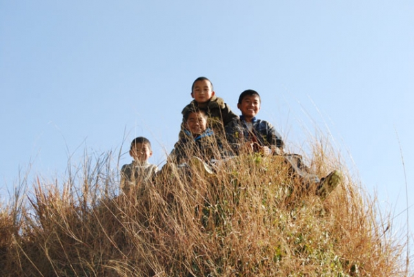 Children pictured on a hill in Yunnan. (egorgrebnev/Flickr)