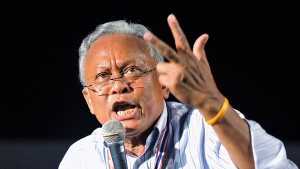 Former Democrat Party MP and anti-government protest leader Suthep Thaugsuban addresses a large rally near Government House on December 9, 2013 in Bangkok, Thailand. (Rufus Cox/Getty Images)