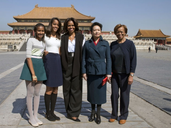 U.S. First Lady Michelle Obama (C), her daughters Sasha (L), Malia (2nd L), her mother Marian Robinson (R) and Peng Liyuan, wife of Chinese President Xi Jinping, pose for photographers in Beijing's Forbidden City on March 21, 2014.