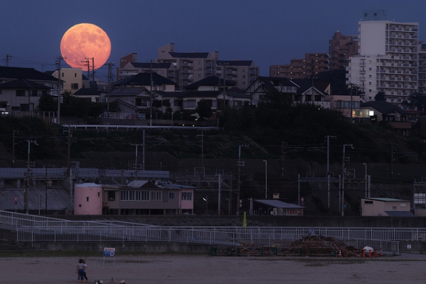 A flaming moon lights up the sky in Hyōgo Prefecture, Japan on September 9, 2014. (halfrain/Flickr)