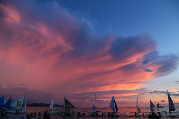 A swathe of pink clouds paint the evening sky in Malay, Philippines on June 2, 2014. (iloveglay/Flickr)