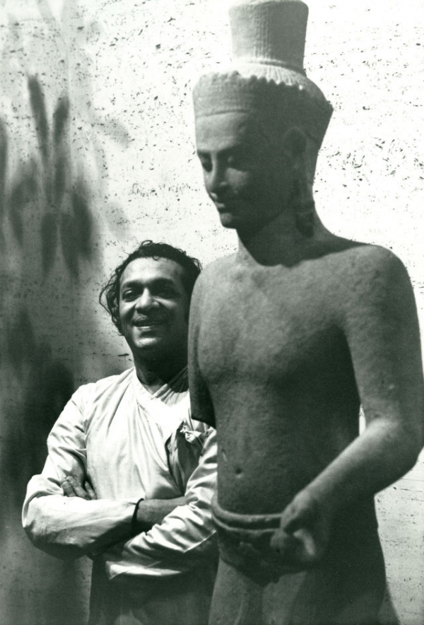 Ravi Shankar poses with a sculpture from the Asia Society's Rockefeller Collection in New York in 1962.