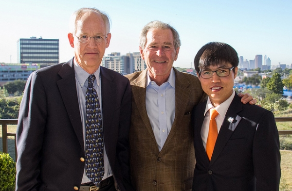 North Korean defector Shin Dong-hyuk (R) and author Blaine Harden (L) meet with former President George W. Bush in 2013. (Flickr/Freddy Ford)