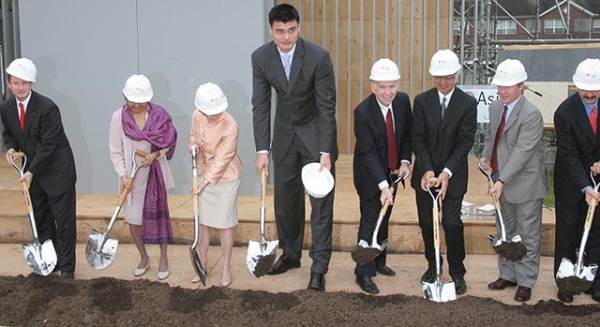 NBA star Yao Ming, architect Yoshio Taniguchi, and other dignitaries break ground for the Asia Society Texas Center on May 15, 2008. (Richard J. Carson/Asia Society)