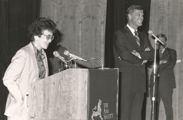 Philippine President Corazon Aquino speaks at Asia Society in 1986. Also pictured is former Asia Society president Bob Oxnam. (Robert Glick/Asia Society)