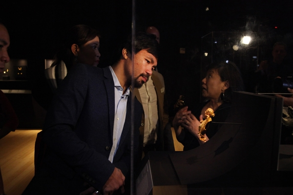 Manny Pacquiao explores the critically acclaimed Asia Society Museum exhibition Philippine Gold: Treasures of Forgotten Kingdoms on Monday, October 12, 2015. (Ellen Wallop/Asia Society)