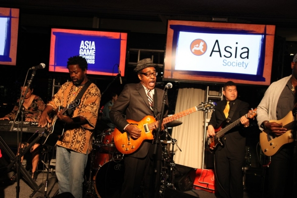 The band Playing for Change entertains the crowd at the 2015 Asia Game Changers award ceremony on October 13, 2015. (Ellen Wallop/Asia Society)