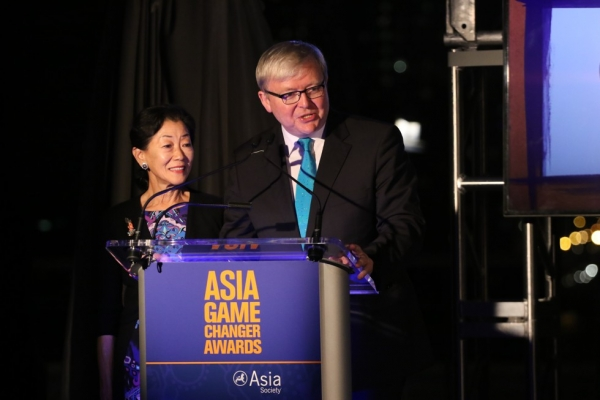 Asia Society Policy Institute President Kevin Rudd (R) and Asia Society Trustee Lulu Wang present an award at the Asia Game Changers award ceremony on October 13, 2015. (Ellen Wallop/Asia Society)