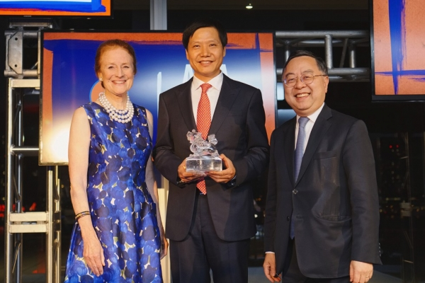 Xiaomi Founder Lei Jun (C) holds his Asia Game Changer award alongside Asia Society co-chairs Henrietta Fore (L) and Ronnie Chan (R). (Jamie Watts/Asia Society)