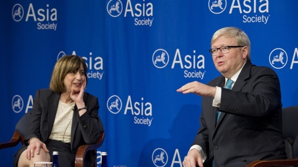 ASPI Vice President Wendy Cutler (L) and ASPI President Kevin Rudd discuss free trade and economic growth in the Asia-Pacific. (Elena Olivo/Asia Society)