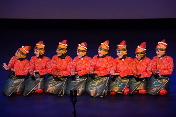 An all-female group from Banda Aceh in Sumatra, Indonesia perform the traditional Acehnese dance. (Elsa Ruiz/ Asia Society)