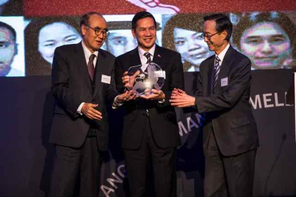 From left: H.E. Hong-Koo Lee, H.E. Raul Hernandez, H.E. Sung-Joo Han