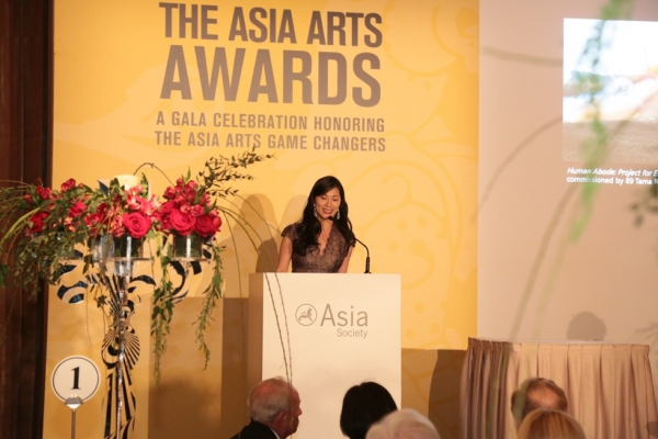 Dr. Hsin-Mei Agnes Hsu-Tang introduces 2016 Asia Arts Awards honoree Cai Guo-Qiang.