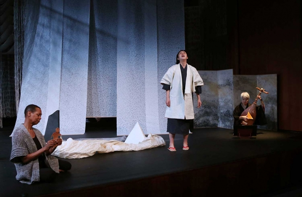 Actors Karen Kandel, Sonoko Soeda, and biwa player Shisui Arai during a performance of 'Recycling: Washi Tales' on March 25, 2016. (Ellen Wallop/Asia Society)