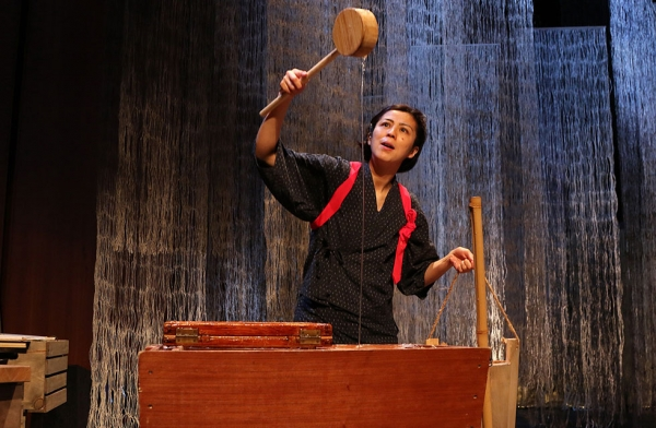 "Actor Sonoko Soeda making the recycled paper — or ""washi"" — during a performance of 'Recycling: Washi Tales' on March 25, 2016. (Ellen Wallop/Asia Society)"