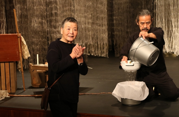 "Japanese paper artist Kyoko Ibe discussing the process of creating ""washi"" — traditional Japanese recycled paper — during a workshop on March 26, 2016. (Ellen Wallop/Asia Society)"