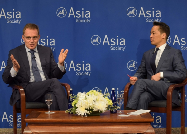 BHP Billiton CEO Andrew Mackenzie (L) discusses the virtues of free trade with journalist Richard Lui (R). (Elsa Ruiz/Asia Society)