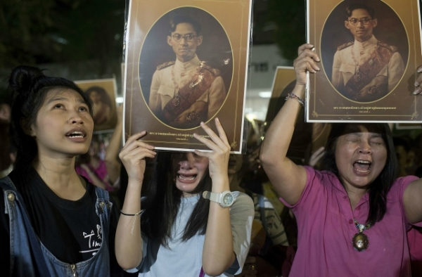 People react after learning of the death of Thailand's King Bhumibol Adulyadej on October 13, 2016 in Bangkok, Thailand. (Borja Sanchez Trillo/Getty Images)