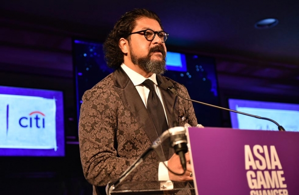 Karim Wasfi accepts an Asia Game Changer award at the United Nations on October 27, 2016. (Jamie Watts/Asia Society)