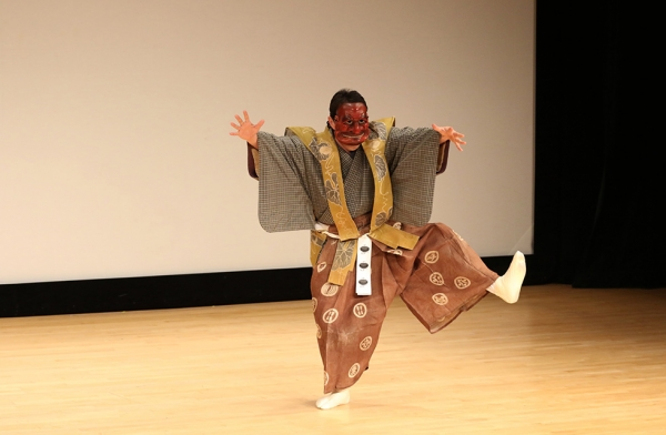 Manzo Nomura IX performs the traditional Japanese comedic theater form Kyogen, the counterpart to the more solemn theater form Noh, at Asia Society New York on April 14, 2016. (Asia Society/Ellen Wallop)