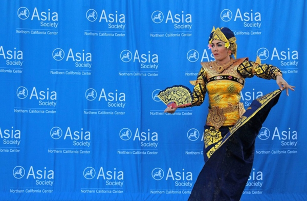 Emiko Saraswati Susilo, director of Gamelan Sekar Jaya, performs during Asia Society Northern California's annual open house event on September 23, 2016 in San Francisco. (Asia Society/Stesha Marcon).