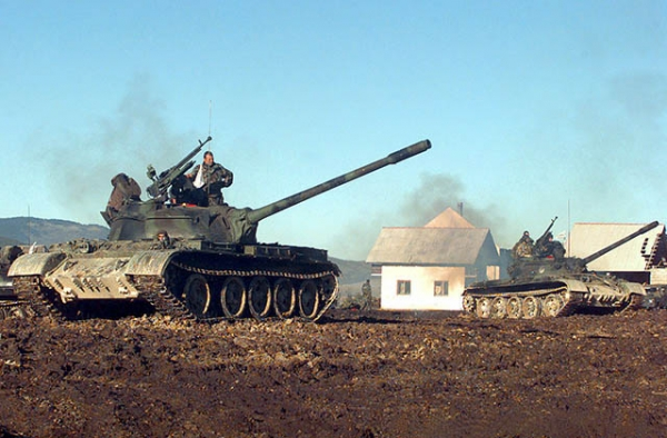 Croatian Defense Council Army tanks pull into firing position. (Kim Price/Wikimedia Commons)