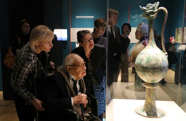 Adriana Proser, the John H. Foster Senior Curator for Traditional Asian Art at Asia Society (right) and famed architect I.M. Pei (middle, seated) view an ewer artifact at Asia Society New York on March 6, 2017. (Ellen Wallop/Asia Society)