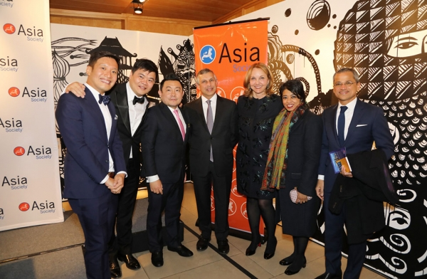 (L–R) Kennie Ting, director of the Asian Civilisations Museum in Singapore; Loh Lik Peng, chairman of the Asian Civilisations Museum in Singapore; Boon Hui Tan, Asia Society Museum Director and Vice President for Arts & Cultural Programs; Ambassador Ashok Kumar Mirpuri, Ambassador of Singapore to the United States; Josette Sheeran, President and CEO of Asia Society; Zarina Varukatty, Partner at Siksal Private Placement Advisors, and her husband Burhan Gafoor, Permanent Representative of Singapore to the U