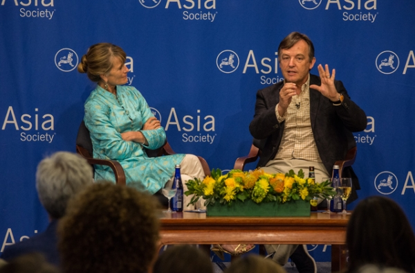 Jacqueline Novogratz and Chris Anderson discuss the importance of globalism. (Maria Baranova-Suzuki/Asia Society)