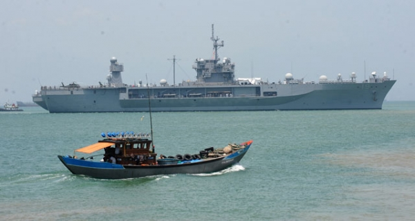 A Vietnamese fishing boat sails next to the U.S. 7th Fleet's flagship USS Blue Ridge entering Tien Sa port on April 23, 2012. (Hoang Dinh Nam/AFP/Getty Images)