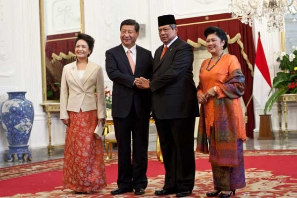 People's Republic of China President Xi Jinping (2L) and wife Peng Liyuan (L) pose with Indonesian President Susilo Bambang Yudhoyono (2R) and his wife Mrs. Ani Yudhoyono in Jakarta on Oct. 2, 2013. President Xi was in Indonesia for two days to discuss bilateral trade with the Indonesian president. (Oscar Siagian/Getty Images)