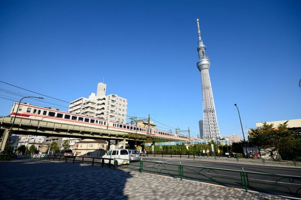 The Tokyo Sky Tree (R), Genmori-bashi and a Tobu 6050 series train in October 2011. The Tokyo Sky Tree opened in May 2012. (ykanazawa1999/Flickr)