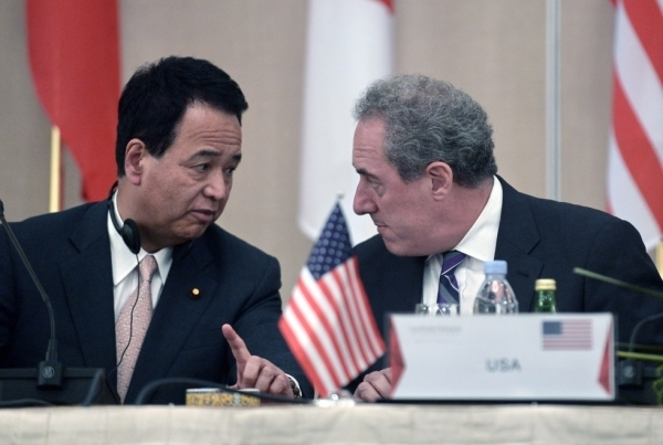 U.S. trade representative Michael Froman (R) talks to Akira Amari, Japan's Minister of Economic and Fiscal Policy, at a press conference in Singapore on May 20, 2014. (Roslan Rahman/AFP/Getty Images)