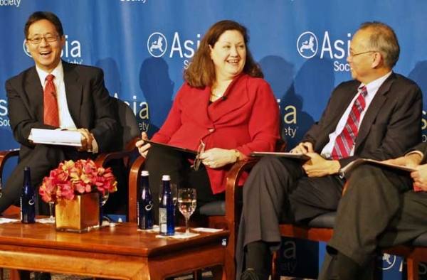 President of the National Center for APEC Monica Whaley (C) flanked by former U.S. Ambassador to the Asian Development Bank Curtis S. Chin (L) and U.S. Senior Official for APEC Robert S. Wang (R) at Asia Society's 2013-14 APEC briefing in New York on Jan. 14, 2014. (Asia Society)