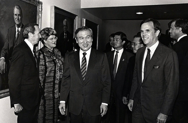 South Korean President Roh Tae Woo (L) and Marshall Bouton at an Asia Society luncheon in 1988. (Marcia Weinstein/Asia Society)