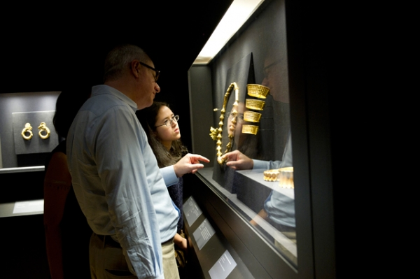 Visitors to Asia Society in New York inspect artifacts from the Philippine Gold: Treasures of Forgotten Kingdom exhibition. (Elena Olivo/Asia Society)