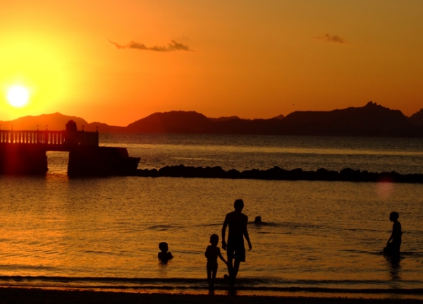 Beachgoers enjoy a dazzling sunset in the Yemeni port city of Aden. (Will De Freitas/Flickr)