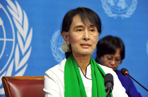 Aung San Suu Kyi addresses a press conference after her visit to the International Labour Conference, Palais des Nations on June 14, 2012. (Violaine Martin/UN Geneva/Flickr)