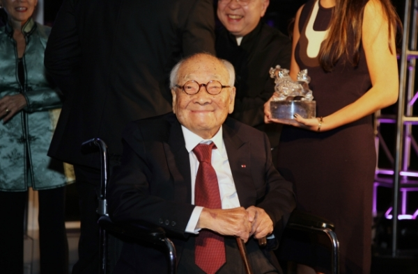 I.M. Pei smiles for the camera at the Asia Society Asia Game Changers Awards at the United Nations on October 27, 2016. (Ellen Wallop/Asia Society)