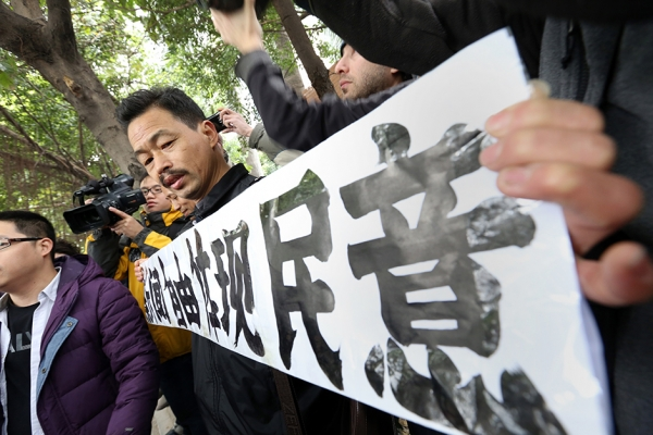 "A protester whose banner reads ""Freedom of the Press Reflects the Public's Opinion"" outside the Southern Media Group headquarters in Guangzhou on January 9, 2013. (AFP/Getty Images)"